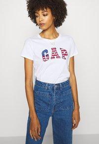 GAP - FLAG TEE - T-shirt z nadrukiem - white - 3