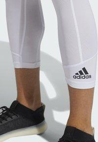 adidas Performance - PRIMEGREEN TECHFIT WORKOUT COMPRESSION CAPRI 3/4 LEGGINGS - 3/4 sports trousers - white - 4