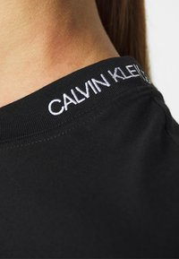 Calvin Klein Jeans - LOGO PIPING CROPPED TEE - Print T-shirt - black