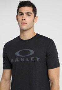 Oakley - BARK - T-Shirt print - blackout - 4