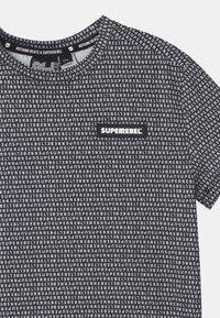 SuperRebel - SPORTY UNISEX - Triko spotiskem - black/white - 2
