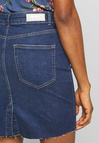 ONLY - ONLFAN SKIRT RAW EDGE - Denim skirt - medium blue denim - 3