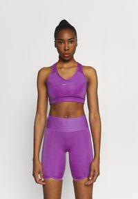 Nike Performance - BRA  - Sport-BH mit mittlerer Stützkraft - wild berry/purple stardust - 0