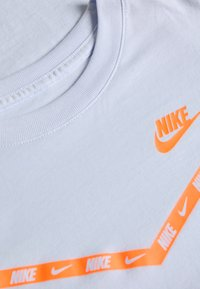 Nike Sportswear - CHEVRON - Print T-shirt - football grey - 3