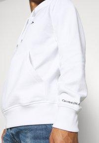 Calvin Klein Jeans - ESSENTIAL REGULAR HOODIE - Felpa - bright white - 6