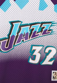 Mitchell & Ness - NBA UTAH JAZZKARL MALONE NAME & NUMBER CREWNECK - T-shirt med print - purple - 2