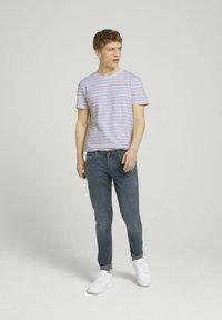 TOM TAILOR DENIM - MIT STREIFENMUSTER - T-shirt med print - white orange injected stripe - 1