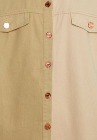 Missguided - SPLICED OVERSIZED TIE SHIRT - Paitapusero - tan