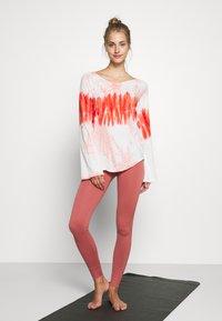 Yogasearcher - RAINBOW - Camiseta de manga larga - porcelaine - 1