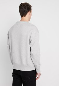 Tommy Jeans - BADGE CREW - Bluza - grey - 2