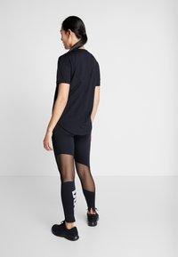 Nike Performance - W NK ICNCLSH TOP SS - T-shirts med print - black/white/reflective silver - 2
