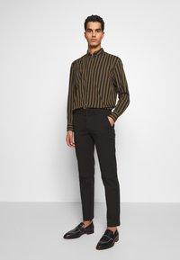 Bruuns Bazaar - DENNIS JOHANSEN PANT - Chinos - black - 1