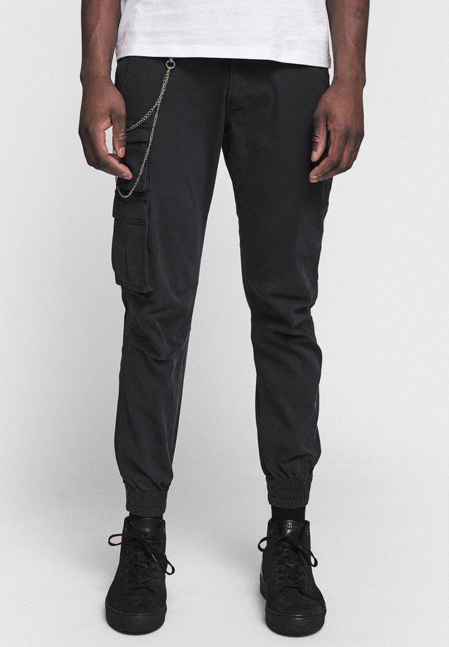 MILTON - Pantalones cargo - black