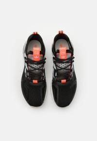 adidas Originals - ZX 2K BOOST UNISEX - Matalavartiset tennarit - core black/clear onix/clear brown - 5