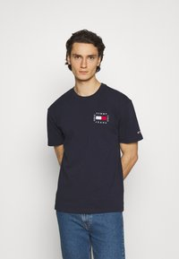 Tommy Jeans - BOX FLAG TEE - T-shirt print - blue - 0