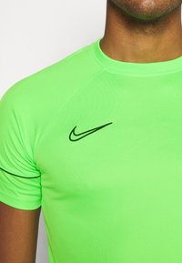 Nike Performance - ACADEMY 21 - T-shirt print - green strike/black - 5