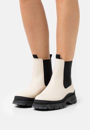 VMBELL BOOT - Platåstøvletter - white