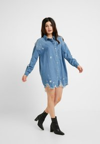 Missguided Petite - SUPER DISTRESS DRESS - Sukienka jeansowa - blue - 1