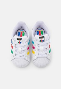 adidas Originals - SUPERSTAR SPORTS INSPIRED SHOES UNISEX - Baby shoes - footwear white/green/core black - 3