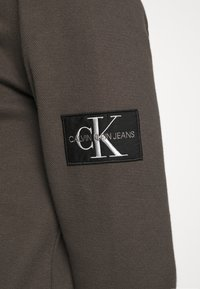Calvin Klein Jeans - MONOGRAM BADGE TEE - Long sleeved top - aluminium grey - 4