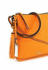 SURI FREY - TILLY - Across body bag - orange - 5