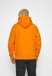Karl Kani - SMALL SIGNATURE BOX HOODIE UNISEX  - Sweatshirt - orange - 2