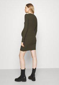 Pieces Maternity - PCMCRISTA O NECK DRESS - Strikket kjole - olive - 2