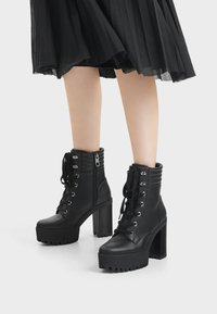 Bershka - MIT ABSATZ UND STEPPMUSTER  - Kotníková obuv na vysokém podpatku - black - 0