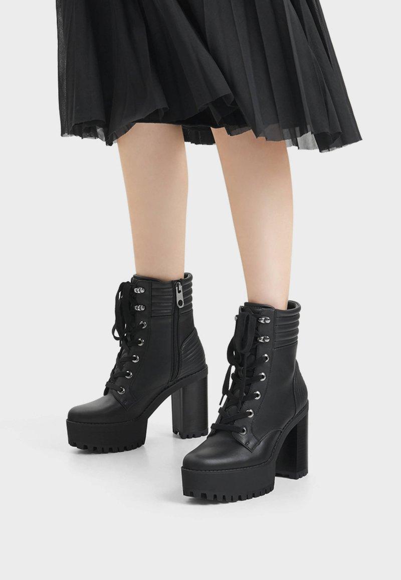 Bershka - MIT ABSATZ UND STEPPMUSTER  - Kotníková obuv na vysokém podpatku - black