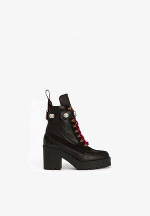 FREYA - Botines con cordones - black and red