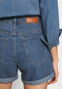 Vero Moda - VMNINETEEN LOOSE MIX NOOS - Short en jean - medium blue denim - 5