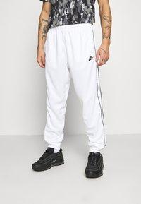 Nike Sportswear - REPEAT - Teplákové kalhoty - white - 0