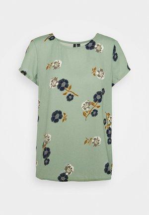 VMFALLIE - T-shirts med print - green milieu/newfallie