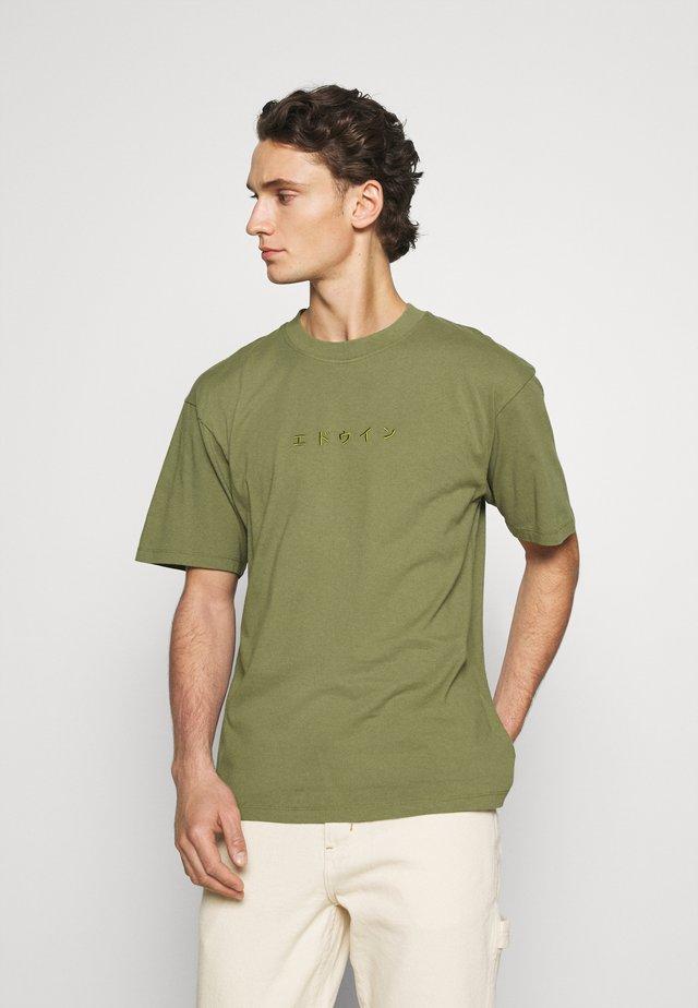 KATAKANA EMBROIDERY - T-shirt print - martini olive