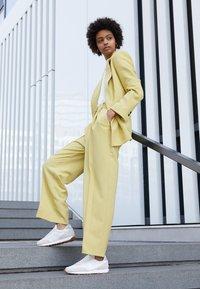 Nike Sportswear - DAYBREAK - Tenisky - summit white/white/pale ivory/light smoke grey/med brown - 3