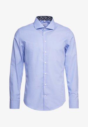 SLIM FIT SPREAD KENT PATCH - Formal shirt - light blue