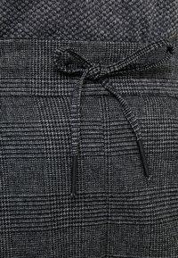 ONLY Carmakoma - Trousers - black/checks - 5