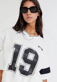 PULL&BEAR - OVERSIZE IM COLLEGE STIL - Print T-shirt - white - 3