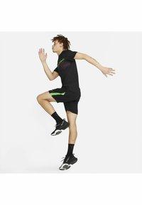 Nike Performance - SHORT TRAIN - Korte sportsbukser - black mean green mean green - 1
