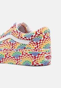 Vans - OLD SKOOL PLATFORM - Sneakers basse - pride multi/true white - 5