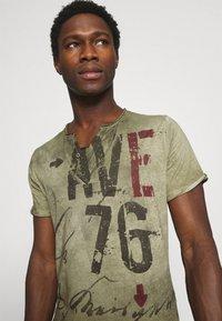 Key Largo - OUTCOME BUTTON - Print T-shirt - military green - 3