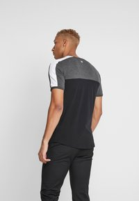 11 DEGREES - PANEL BLOCK - T-shirt print - black/anthracite marl/white - 2