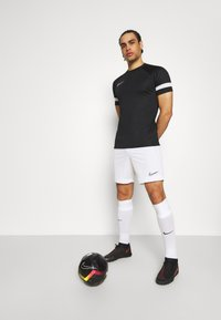 Nike Performance - ACADEMY 21 - T-shirt z nadrukiem - black/white - 1