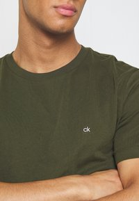 Calvin Klein - LOGO 2 PACK - T-shirts basic - olive/mottled light grey - 5