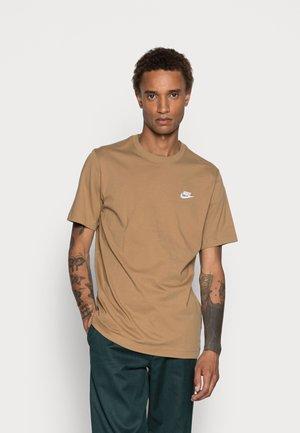 CLUB TEE - Basic T-shirt - light brown
