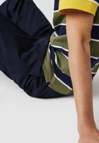 Lacoste - Polo shirt - khaki grün / blau / gelb / weiß - 4