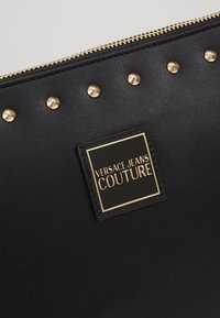 Versace Jeans Couture - STUDDED POUCH ON STRAP - Pochette - black - 7