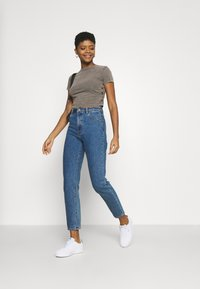 BDG Urban Outfitters - RUCHED CROP - T-shirt imprimé - washed black - 1