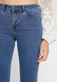 Vero Moda - VMHOT SEVEN SLIT KNICKER MIX - Denim shorts - medium blue denim - 3