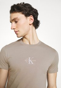 Calvin Klein Jeans - NEW ICONIC ESSENTIAL TEE - T-shirt med print - elephant skin - 3